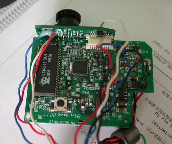 改装实现长时间曝光 在互联网上很早就有高手提出了针对16510芯片的改装方案。见www.pmdo.com 16510是CCD芯片驱动电路。其中10脚是衬底电压控制,高电平时电荷可以累积,可以作为电子快门。8和13是列转移控制输入,负电平有效。没有脉冲时电荷持续累积不读出。 6月底抽空把网眼摄像头改装了一下。 这个摄像头有2块通过插座垂直连接的线路板。分别与USB电缆相连和装有CCD。改装步骤为: 将烙铁头锉尖后加热,使之氧化后不沾锡;把别针头锉尖插在管脚下面。在烙铁加热后轻轻将管脚撬起向上弯折。用这种方法